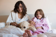 Mãe e filha na cama Imagem de Stock
