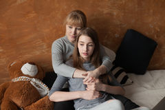 Mãe e filha na cama Fotos de Stock