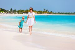 Mãe e filha na praia Fotos de Stock