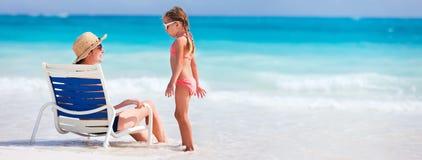 Mãe e filha na praia fotografia de stock royalty free