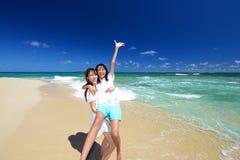 Mãe e filha na praia bonita Imagem de Stock Royalty Free