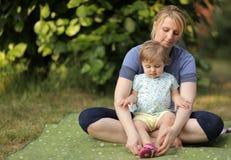 Mãe e filha no piquenique Fotografia de Stock