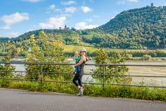 Mãe e filha no trajeto da bicicleta em Alemanha Fotos de Stock Royalty Free