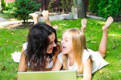 Mãe e filha no verão Imagem de Stock