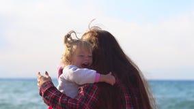 Mãe e filha pelo mar vídeos de arquivo
