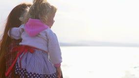 Mãe e filha pelo mar video estoque