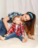 Mãe e filha pequena na camisa de manta Imagens de Stock