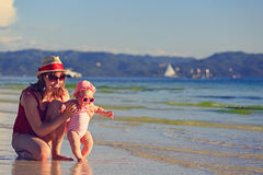 Mãe e filha pequena na praia tropical Fotos de Stock