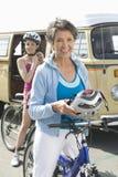 Mãe e filha prontas para ir para o passeio do ciclo Fotos de Stock Royalty Free