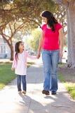 Mãe e filha que andam ao longo do trajeto fotografia de stock