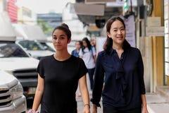 Mãe e filha que andam dentro na rua foto de stock royalty free