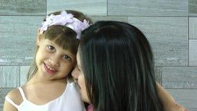 Mãe e filha que beijam e que abraçam filme