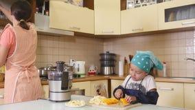 Mãe e filha que cozem junto em casa na cozinha filme