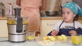Mãe e filha que cozem junto em casa na cozinha vídeos de arquivo