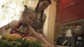 A mãe e a filha que cozinham a pizza vegetal vídeos de arquivo