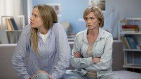 Mãe e filha que discutem em casa, engano sério do conflito na família filme