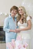 Mãe e filha que estão junto foto de stock royalty free
