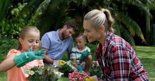Mãe e filha que falam ao jardinar junto filme