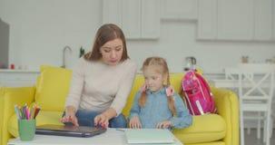 Mãe e filha que fazem trabalhos de casa difíceis video estoque
