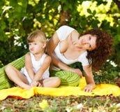 Mãe e filha que fazem uma cara Foto de Stock