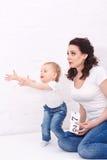 Mãe e filha que jogam cubos Fotos de Stock Royalty Free