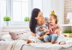Mãe e filha que jogam e que abraçam Imagens de Stock