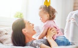 Mãe e filha que jogam e que abraçam Fotos de Stock Royalty Free