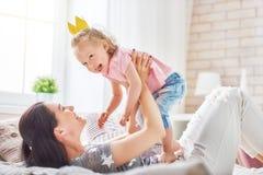 Mãe e filha que jogam e que abraçam Imagens de Stock Royalty Free
