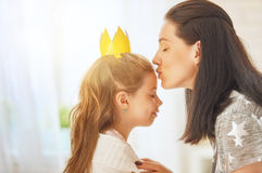 Mãe e filha que jogam e que abraçam Foto de Stock Royalty Free