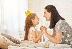 Mãe e filha que jogam e que abraçam Foto de Stock