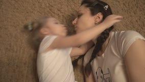 Mãe e filha que jogam na intimidação do sofá e do tapete filme
