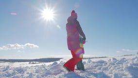 Mãe e filha que jogam no dia de inverno nevado vídeos de arquivo