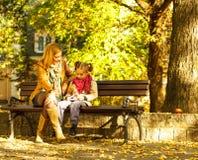 Mãe e filha que jogam no parque Imagem de Stock