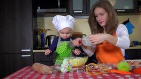 Mãe e filha que preparam cookies junto video estoque