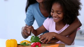 Mãe e filha que preparam vegetais