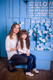 Mãe e filha que sentam-se em um interior bonito Imagens de Stock