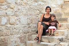 Mãe e filha que sentam-se nas escadas de pedra Fotos de Stock Royalty Free
