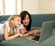 Mãe e filha que sorriem e que têm o divertimento que joga junto e fotografia de stock royalty free