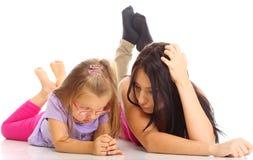 Mãe e filha que têm dificuldades do relacionamento isoladas Foto de Stock