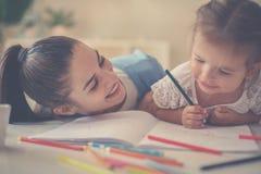 Mãe e filha que têm o divertimento em casa imagem de stock royalty free