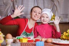 Mãe e filha que têm o divertimento na cozinha fotos de stock