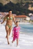 Mãe e filha que têm o divertimento no oceano Imagem de Stock Royalty Free