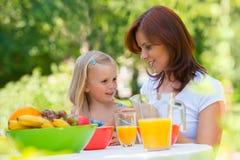 Mãe e filha que tomam parte num piquenique Imagem de Stock