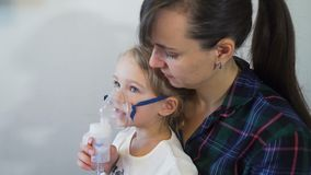 Mãe e filha que tomam a terapia respiratória video estoque