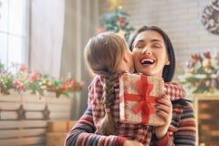 Mãe e filha que trocam presentes foto de stock