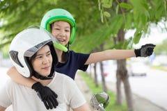 Mãe e filha que viajam na motocicleta, vestir do motociclista foto de stock
