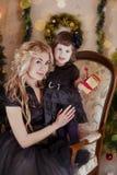 Mãe e filha sob a árvore de Natal fotografia de stock royalty free