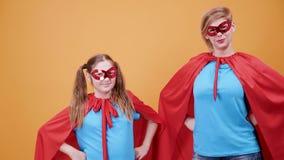 Mãe e filha vestidas como super-herói video estoque