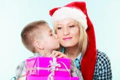 Mãe e filho com caixas de presente Foto de Stock