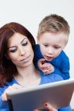 Mãe e filho com PC da tabuleta Foto de Stock Royalty Free